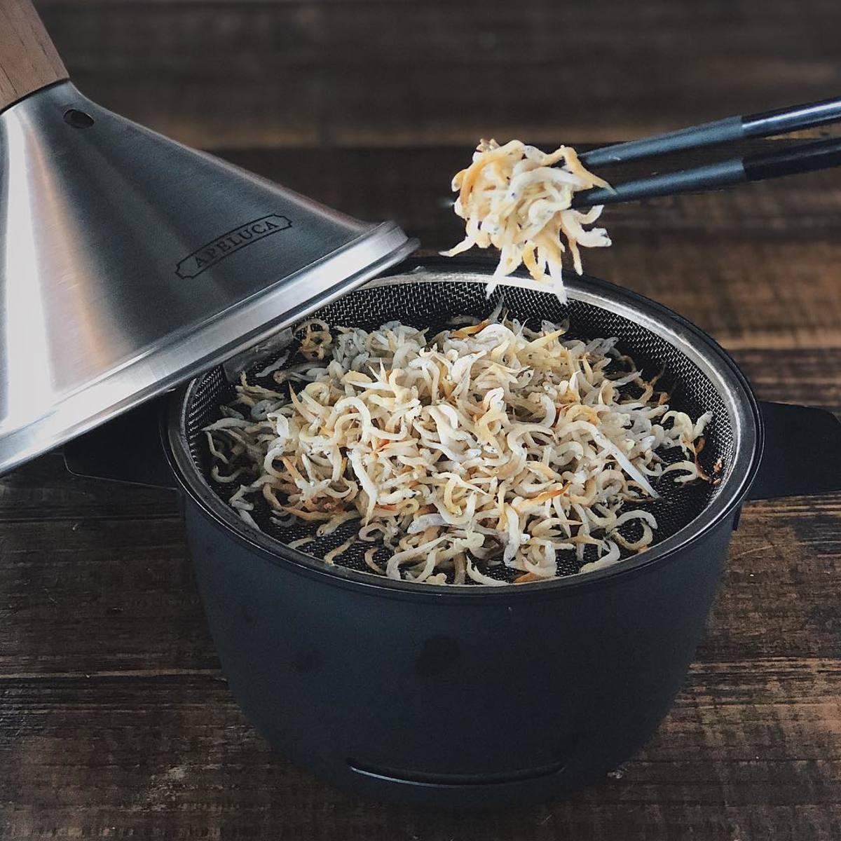 燻製時間10分のカマンベールチーズの燻製や、燻製時間15分で豊潤な味と香りが楽しめるベーコンのハーブ燻製など、厳選レシピが楽しめる 「燻製を自宅で簡単に」で、おうち時間を充実。最短10分で燻製料理&お刺身やウィスキーを冷燻