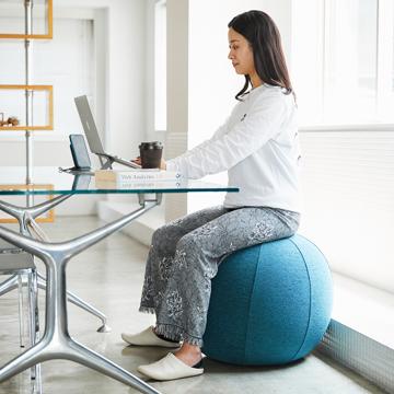 インテリアにもなる「座るボール」|Mサイズ(身長165-185cm)リビング・書斎でエクササイズ。インテリアにもなる「座るボール」|VLUV