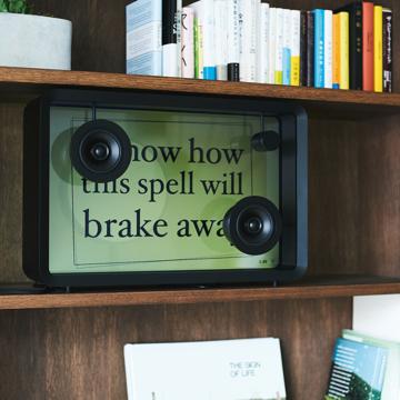 歌詞は、あなたの背中を押す原動力|視覚と聴覚で音楽を味合う新体験。曲に合わせて歌詞を映し出すLyric Speaker(リリックスピーカー)