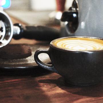 おしゃれなコーヒーカップの正体は?|カプチーノ カップ&ソーサー|コーヒー抽出後の豆かすが、こんなお洒落なコーヒーカップに再生!