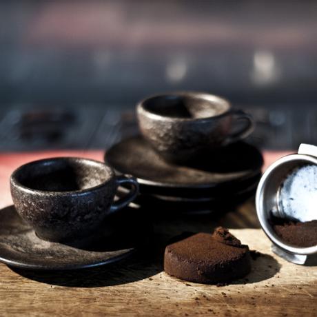 おしゃれなコーヒーカップの正体は?|エスプレッソ カップ&ソーサー|コーヒー抽出後の豆かすが、こんなお洒落なコーヒーカップに再生!|