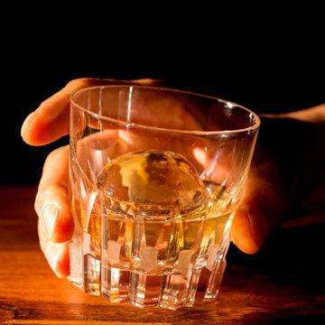 透明な丸い氷で、自宅がBARラウンジに|家でのお酒・ドリンクが格別に。BARのような「透明な丸氷」がつくれる製氷機 | Polar Ice