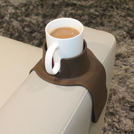 ソファの肘掛けがサイドテーブルに変身|ソファの肘掛けに乗せれば、サイドテーブルに変身するドリンクホルダー|Couch Coaster|BROWN