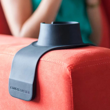 ソファの肘掛けがサイドテーブルに変身 ソファの肘掛けに乗せれば、サイドテーブルに変身するドリンクホルダー Couch Coaster