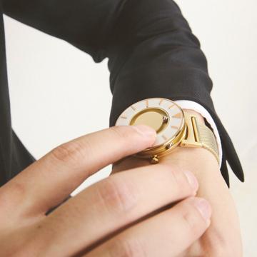 触る時計『EONE』|《MESH GOLD/2色》なめらかな装着感のメッシュバンド、触って時間を知る時計| EONE|MESH GOLD