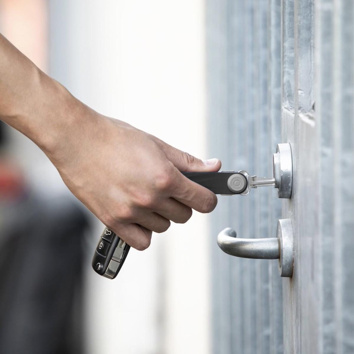 『鍵収納』をデザインする|《アクティブ》もうドア前で迷わない。「鍵収納」を追求したスリムなキーケース|Orbitkey