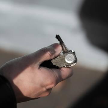 『鍵収納』をデザインする|《キャンバス地 × 本革》もうドア前で迷わない。「鍵収納」を追求したスリムなキーケース|Orbitkey