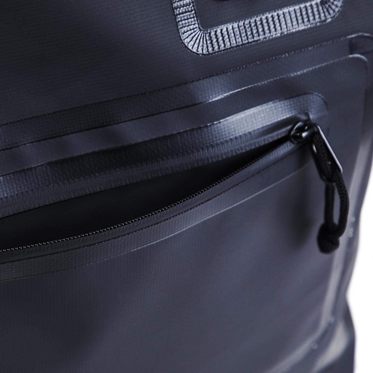 西海岸生まれの「都会派バッグ」 《トートバッグ》ウェットスーツの発明者が作った、防水・デザイン両立の「都会派バッグ」  BODY GLOVE