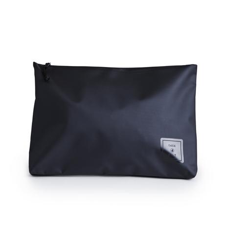 西海岸生まれの「都会派バッグ」|《クラッチバッグ》ウェットスーツの発明者が作った、防水・デザイン両立の「都会派バッグ」| BODY GLOVE|BLACK