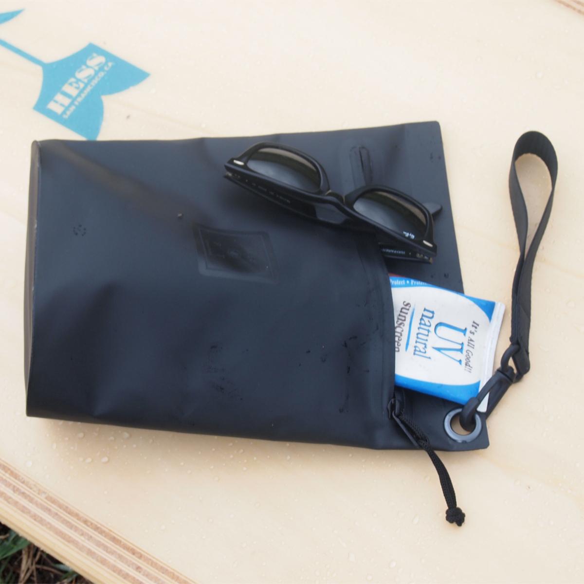 西海岸生まれの「都会派バッグ」|《Lサイズ・ポーチ》ウェットスーツの発明者が作った、防水・デザイン両立の「都会派バッグ」| BODY GLOVE