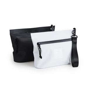 《Mサイズ・ポーチ》ウェットスーツの発明者が作った、防水・デザイン両立の「都会派バッグ」| BODY GLOVE