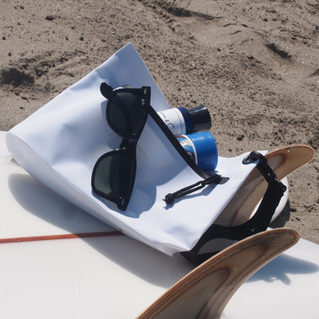 西海岸生まれの「都会派バッグ」|《Mサイズ・ポーチ》ウェットスーツの発明者が作った、防水・デザイン両立の「都会派バッグ」| BODY GLOVE