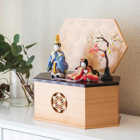 『毎年の幸せ』が御嬢様と家族に訪れる *購入特典付*《鹿沼組子 - 六角形(大)》7つの日本伝統工芸をコンパクトにした、木目込みプレミアム雛人形   宝想雛 