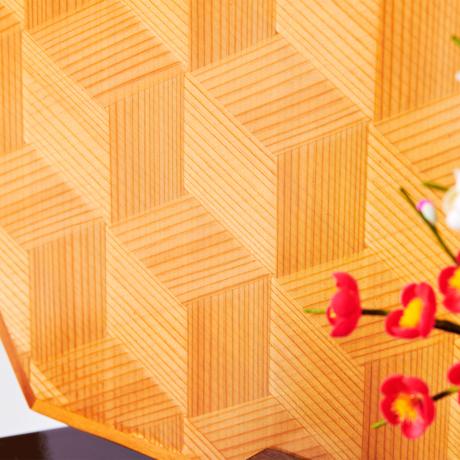 『毎年のしあわせ』が御嬢様と家族に訪れる|*3台限定《六角形/大》7つの日本伝統工芸をコンパクトにした、木目込の「プレミアム雛人形」※第四期受注分 | 宝想雛
