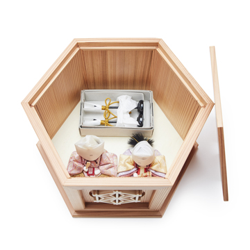 『毎年の幸せ』が御嬢様と家族に訪れる|*今期完売*《鹿沼組子 - 六角形(小)》7つの日本伝統工芸をコンパクトにした、木目込みプレミアム雛人形 | 宝想雛|