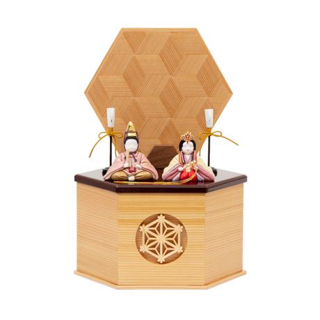 『毎年の幸せ』が御嬢様と家族に訪れる *購入特典付*《鹿沼組子 - 六角形(小)》7つの日本伝統工芸をコンパクトにした、木目込みプレミアム雛人形   宝想雛 