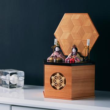 『毎年のしあわせ』が御嬢様と家族に訪れる|《六角形/小》7つの日本伝統工芸をコンパクトにした、木目込の「プレミアム雛人形」※第一期受注分 | 宝想雛|