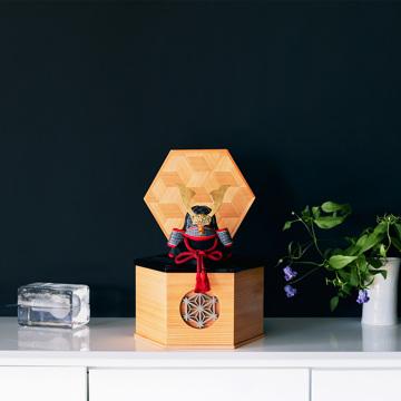 毎年のしあわせを願う「五月人形」|MONOCO限定《六角形/小》5つの日本伝統工芸をコンパクトにした、木目込の「プレミアム兜飾り」※第四期受注分 | 宝輝