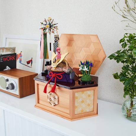 毎年の幸せを願う「五月人形」|《鹿沼組子モデル・大》6つの日本伝統工芸をコンパクトにした、木目込みプレミアム五月人形(兜飾り) | 宝輝|