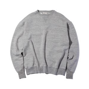 《TOP GRAY/トレーニングシャツ》腕元をすっきりと見せる独自のディテール、スポルディング社の名作から再構築されたスウェット|A.G. Spalding & Bros