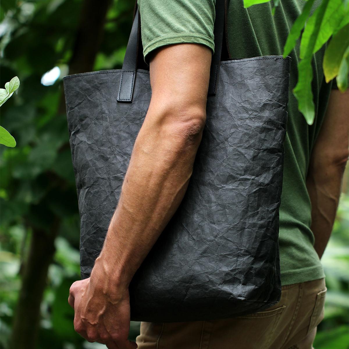 使えば使うほど魅力的に。紙のバッグは経年変化を楽しむ|「PAPIER LANGACKERHÄUSL」の紙のバッグ|エシカルグッズを取り入れた、気持ち良い生活を始めよう。素敵なストーリーを持った商品を選んでみませんか?