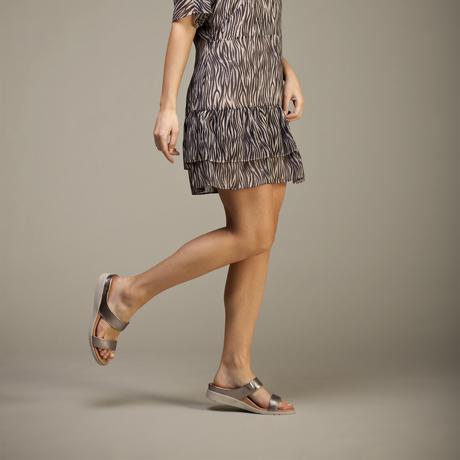 スニーカー感覚で歩き回れる「サンダル」|FARO (22-22.5cm) 独自開発の立体インソールで、スニーカーみたいに歩き回れる「サンダル」|strive|Pewter-Metallic