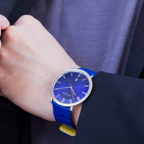 """自由を生み出す『薄さ2.33ミリ』のムーブメント 肌に触れる面積が1/3、""""薄い・軽い"""" 装着感の腕時計《LEATHER BAND》   HYGGE Blue×Yellow"""