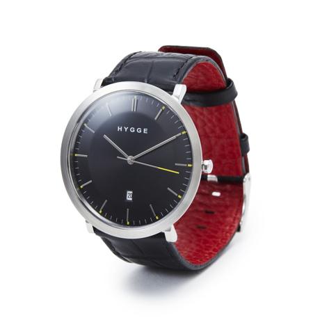 """自由を生み出す『薄さ2.33ミリ』のムーブメント 肌に触れる面積が1/3、""""薄い・軽い"""" 装着感の腕時計《LEATHER BAND》   HYGGE Black×Black"""