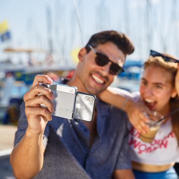 iPhone でもっと面白い写真撮りたい!|綺麗な写真を撮りながら、写真の楽しさが学べるカメラグリップ | PICTAR|SmokyWhite(完売)