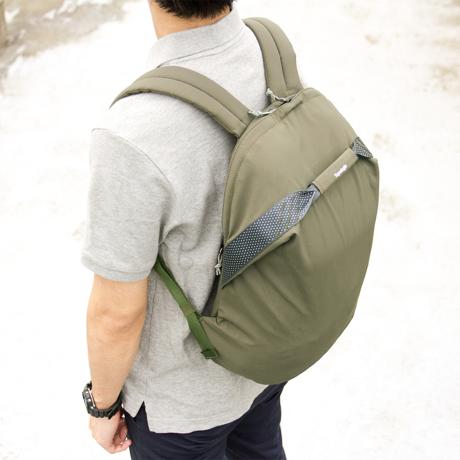 岩への挑戦から生まれた『街バッグ』|《マルチピッチ・バックパック(S)/18L》超軽量、動きを邪魔しない、荷重を分散、ミニマムデザインの「バックパック」 | Topologie|GREEN