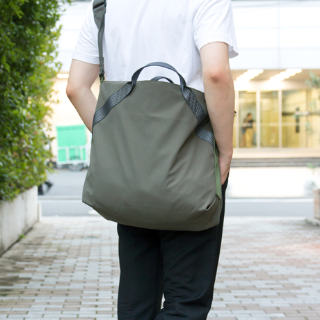岩への挑戦から生まれた『街バッグ』|《ロープトート/18L》超軽量、動きを邪魔しない、荷重を分散、ミニマムデザインの「2WAYトートバッグ」 | Topologie|GREEN(在庫限り)