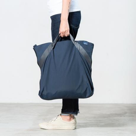 岩への挑戦から生まれた『街バッグ』|《ロープトート/18L》超軽量、動きを邪魔しない、荷重を分散、ミニマムデザインの「2WAYトートバッグ」 | Topologie|NAVY