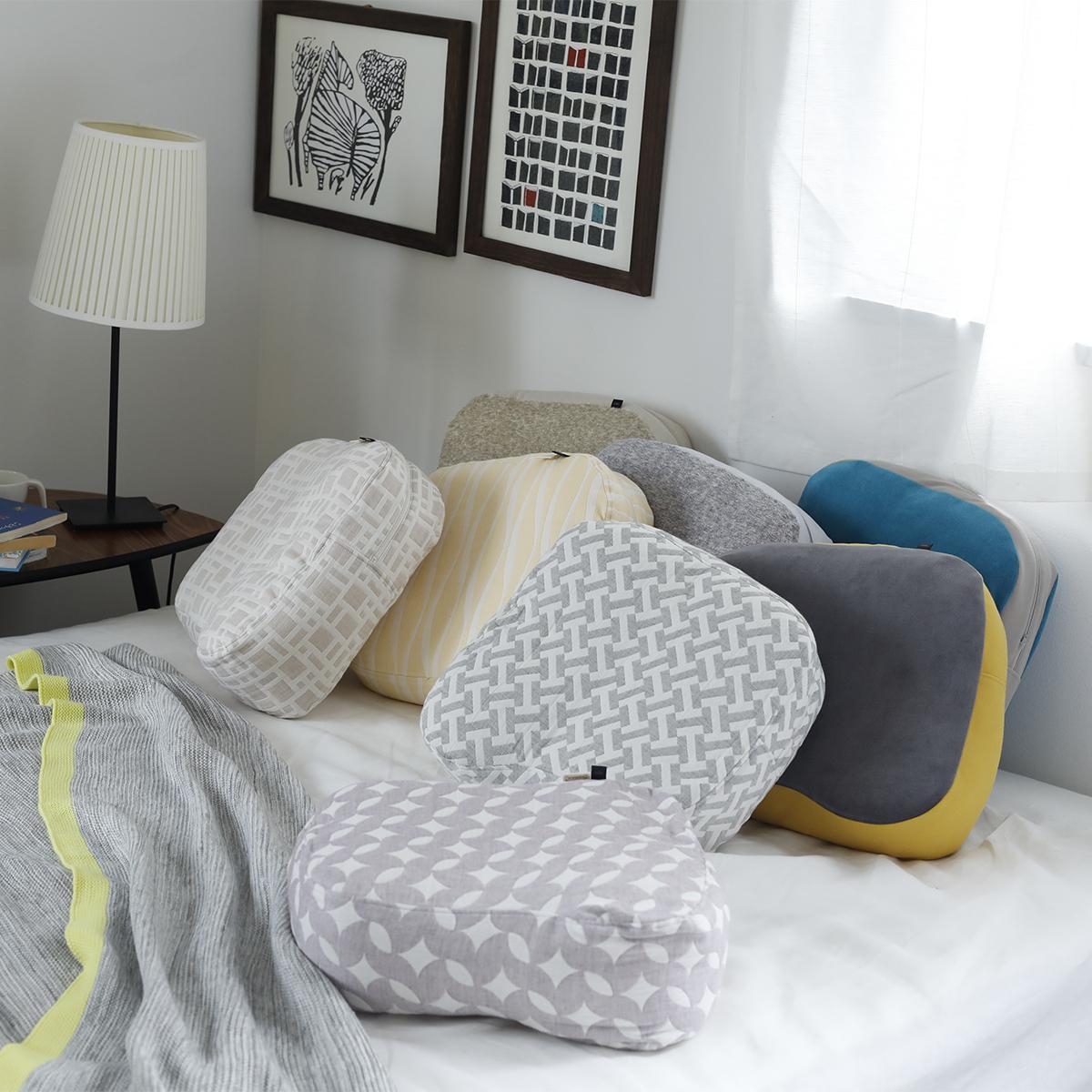 """至福の""""ダラダラ時間"""" 《SEINOベロアニット 枕&カバー》横向き寝の姿勢をサポート、スマホや本がラクに読める「ふんわりピロー」 HONTO"""