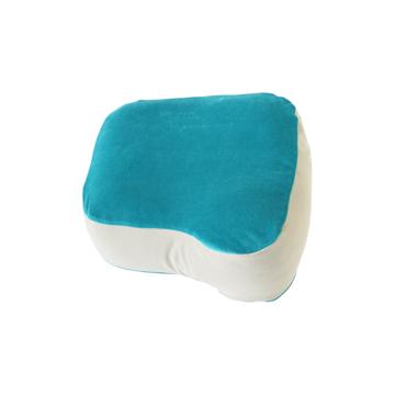 《SEINOベロアニット 枕&カバー》横向き寝の姿勢をサポート、スマホや本がラクに読める「ふんわりピロー」|HONTO