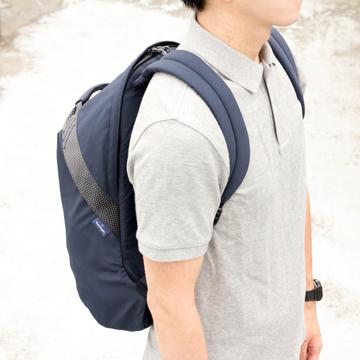 岩への挑戦から生まれた『街バッグ』|《マルチピッチ・バックパック(L)/22L》超軽量、動きを邪魔しない、荷重を分散、ミニマムデザインの「バックパック」 | Topologie|NAVY(完売)