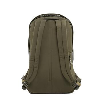 岩への挑戦から生まれた『街バッグ』|《マルチピッチ・バックパック(L)/22L》超軽量、動きを邪魔しない、荷重を分散、ミニマムデザインの「バックパック」 | Topologie|GREEN(在庫限り)