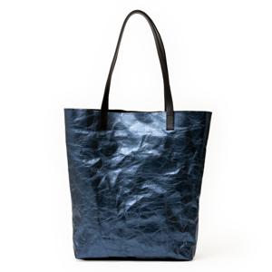 《MONOCO限定/メタリック・ブルー》革のような質感で、使い込むほど魅力が増す!耐水&耐久性のある「紙のバッグ」|PAPIER LANGACKERHÄUSL