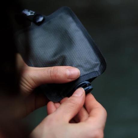 手のひらサイズになる大容量バッグ|ジムやアウトドア、旅先で大活躍!シャンプー&クリームを必要な分だけ持ち運べて、小さくたためる「トラベルボトル」|Matador FLATPAK TOILETRY BOTTLE|