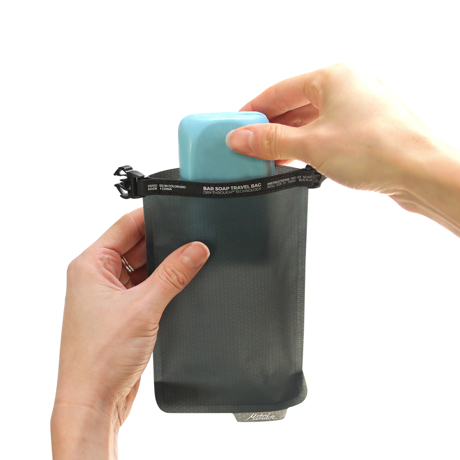 手のひらサイズになる大容量バッグ|ジムやアウトドア、旅先で大活躍!固形石鹸を快適に持ち運べて、小さくたためる「ソープバーケース」|Matador FLATPAK SOAP BAR CASE|