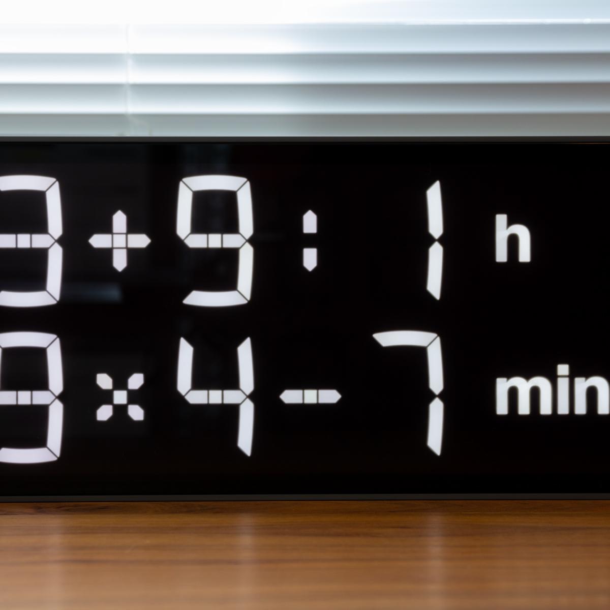 『4+2×7h:62-4min』、いま何時?(笑)|インテリアに遊び心を!ゲーム感覚で数式を解いて、時刻を割り出す「デジタル時計」 | Albert Clock