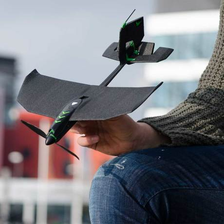 飛んでけ!みんなが笑顔になる『未来の紙飛行機』|スマホでカンタン操作、1秒で最速9.7m飛ぶ「飛行機型ドローン」|Toby Rich|