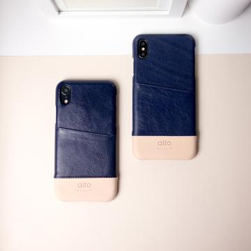 "iPhoneに""素肌""の気持ち良さ|革作りから手がけ、iPhoneとの「完璧な調和」を追求したカードホルダー付きスマホケース|Alto(iPhone X, XS, XR対応)|iPhone XR - ネイビー/ナチュラル"