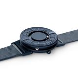 あなたを引き立てる、濃紺のタイムピース「触る時計」| EONE