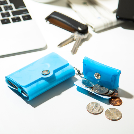 大人のための『遊びウォレット』|《ネオンカラー》これひとつで、ジム・旅行・アウトドアへ!ミニマム構造がかなえる、軽量&収納力の「ミニ財布」|SALLIES|ネオンブルー