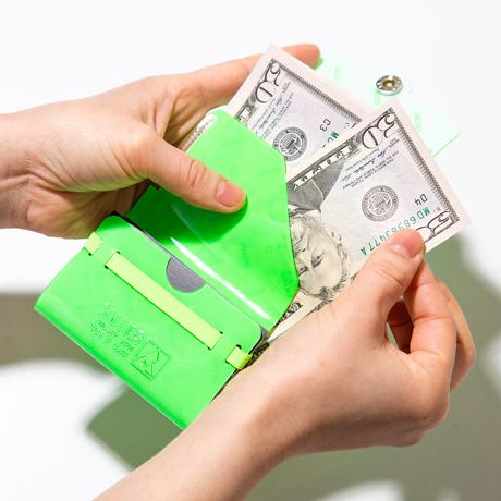 大人のための『遊びウォレット』|《ネオンカラー》これひとつで、ジム・旅行・アウトドアへ!ミニマム構造がかなえる、軽量&収納力の「ミニ財布」|SALLIES|ネオングリーン