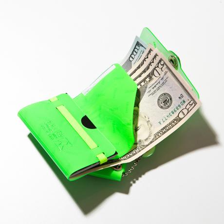 大人のための『遊びウォレット』|《ネオンカラー》これひとつで、ジム・旅行・アウトドアへ!ミニマム構造がかなえる、軽量&収納力の「ミニ財布」|SALLIES