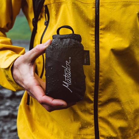 手のひらサイズになる大容量バッグ|《16L/ブラック》旅先や日常生活でアクティブに動き回れる、手のひらサイズにたためる防水仕様のバックパック|Matador freefly16|