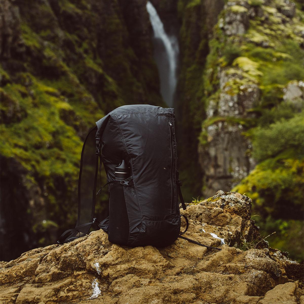 手のひらサイズになる大容量バッグ|《24L/ブラック》旅先や日常生活でアクティブに動き回れる、手のひらサイズにたためる完全防水仕様のバックパック|Matador Freerain24 2.0