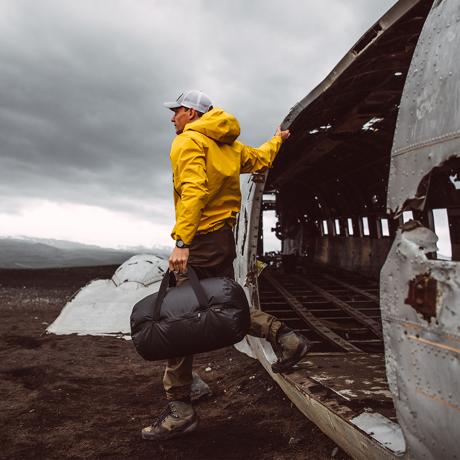 手のひらサイズになる大容量バッグ|《30L/ブラック》旅先や出張でスマートに荷物をまとめて、日常生活でも使える。手のひらサイズにたためる防水仕様のボストンバッグ|Matador transit30 2.0|
