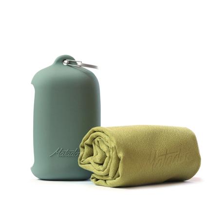 手のひらサイズになる大容量バッグ|《2019新作》極薄&超軽量なのに驚きの吸水速乾性。小さくたためて、ビーチやジムでもっと身軽になれる「ナノドライタオル」 | Matador NanoDry Shower Towel|モスイエロー(生産終了)